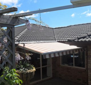 Retractable Awning Classic In front of gutter mount 13 320x300 - The 'Santana' Classic