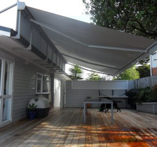 Retractable Awning Classic In front of gutter mount 3 320x300 - Fetuna Cassette