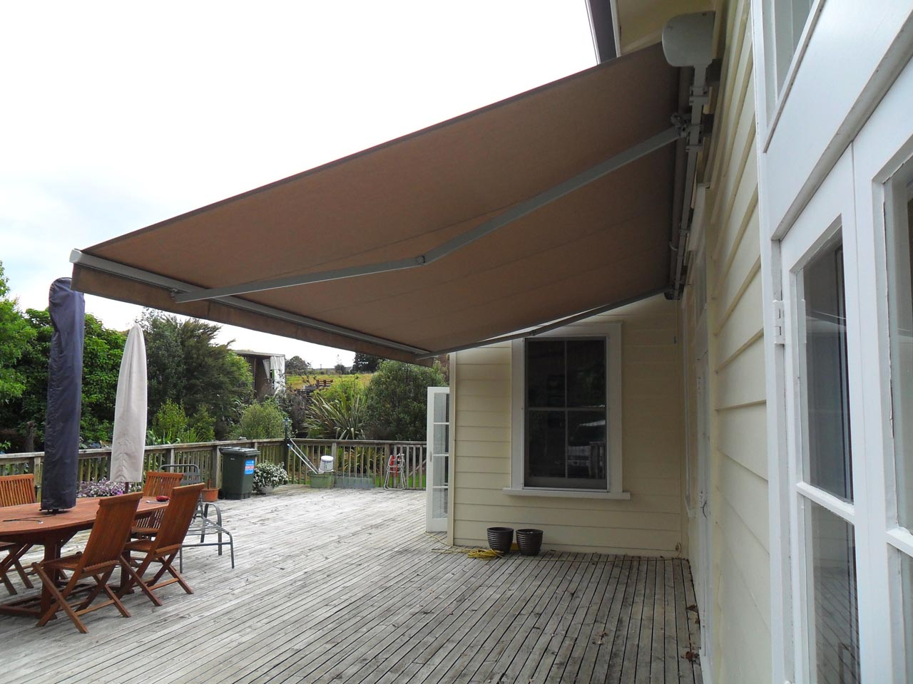 Can retractable awnings be used in the rain? automatic hammer
