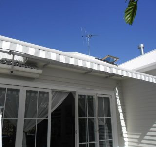 Retractable Awning Classic in front of gutter mount 1 5 320x300 - Fetuna Cassette